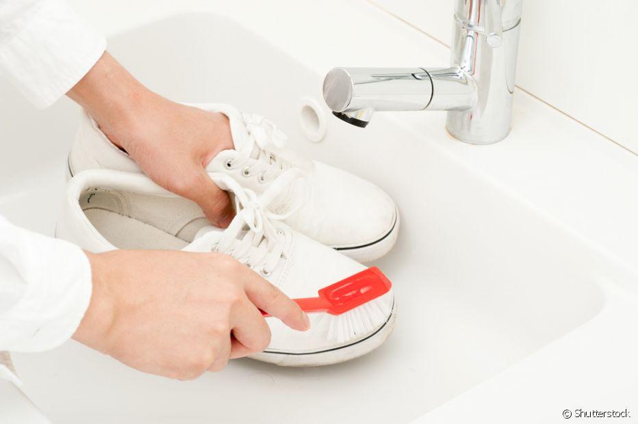 Para o tênis branco de couro (legítimo ou sintético), a melhor opção para limpar é a pasta de dente