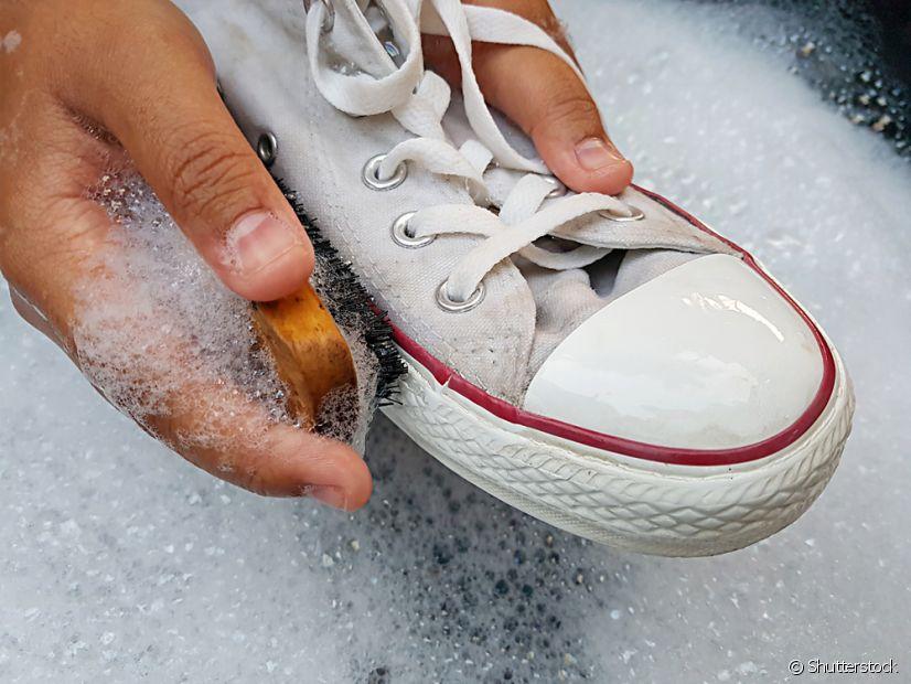 O tênis branco de pano pode ficar novinho em folha com a ajuda de bicarbonato de sódio e água oxigenada