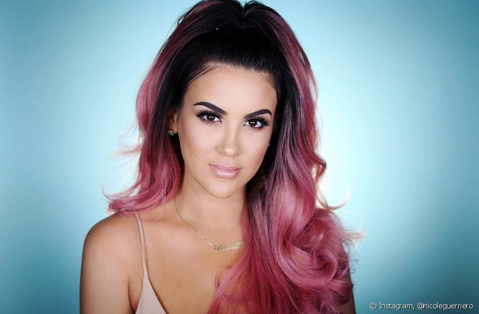 O ombré hair rosa é uma combinação certeira de duas tendências capilares maravilhosas! Para manter os fios nesse tom é importante optar por uma rotina de cuidados pré e pós-coloração