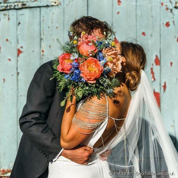 Conferir referências é a primeira tarefa de quem deseja planejar um casamento! E as tendências para as noivas que ainda vão casar em 2018 vão dos penteados até as cores para a cerimônia