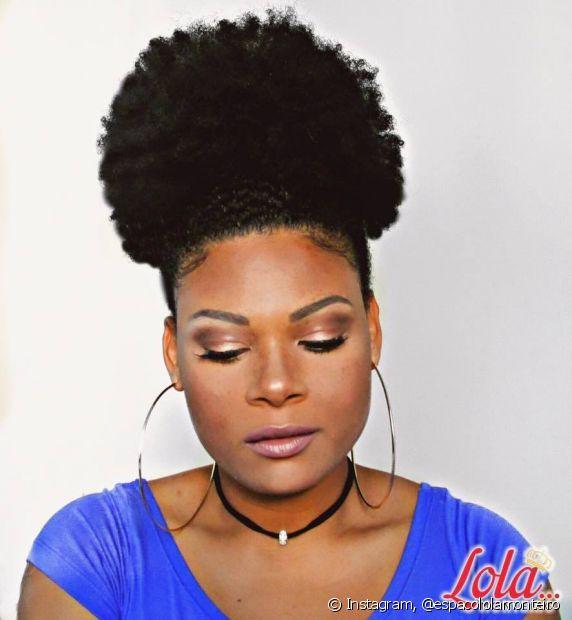 A proprietária do Espaço Lola Monteiro é crespa e oferece tratamentos naturais para cabelos com todos os tipos de curvatura