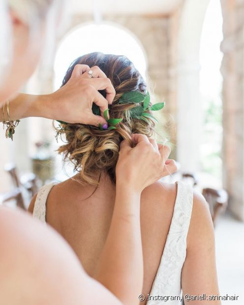 Incremente seu penteado com flores e folhas naturais