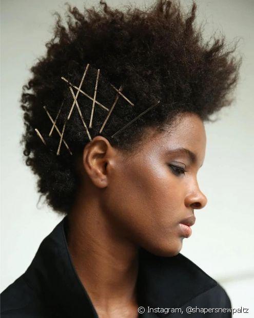 Os cabelos cacheados e crespos ganham mais textura com grampos agrupados