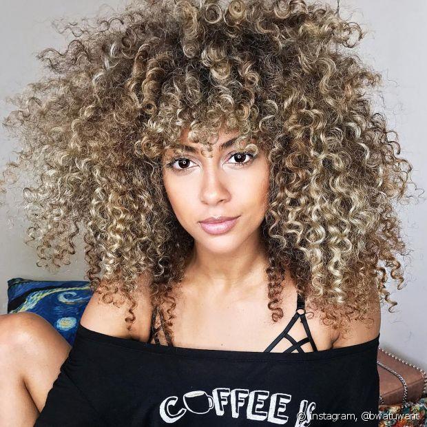 Os cabelos descoloridos precisam do dobro de cuidados para ficarem saudáveis! Aposte em uma rotina liberada de sulfato e repleta de receitas caseiras para manter o brilho e a sedosidade nas madeixas