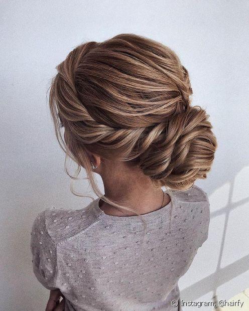O coque baixo com tranças é uma ótima opção para penteados para mãe do noivo (Foto: Instagram, @hairfy)