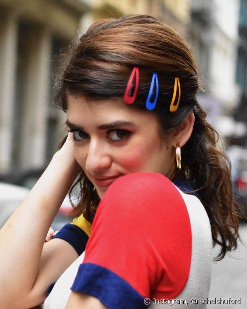 Os tic-tacs coloridos trazem um ar divertido para os penteados (Foto: Instagram @rachelshuford)