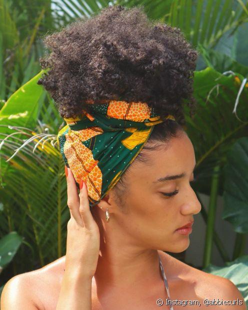 Os acessórios, como o turbante, ajudam a driblar o bad hair day no dia a dia (Foto: Instagram, @abbiecurls)