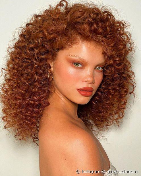O cabelo ruivo acobreado pode ser combinado com vários tons de pele (foto: Instagram @carmen.solomons)