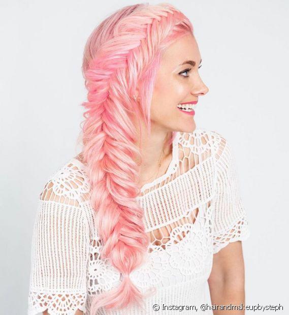 Para ficar mais moderninha os penteados com tranças escama de peixe também são a cara do verão. (Foto: Instagram @hairandmakeupbysteph)