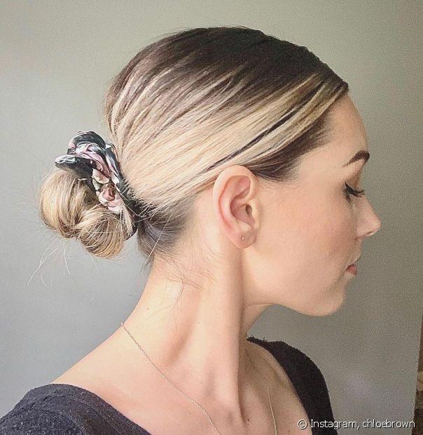 Também é possível fazer penteados cabelos curtos presos! Aposte no coque baixo no se você tem menos comprimento nas madeixas. (Foto: Instagram @chloebrown)