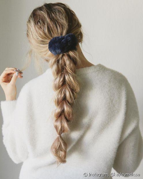 Se você prefere um rabo de cavalo baixo, a trança também funciona nessa versão do penteado. (Foto: Instagram @kayleymelissa)