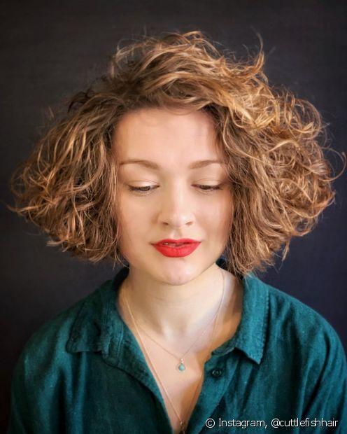 Um clássico corte de cabelo curto feminino, o chanel valoriza as ondas naturais dos cabelos. (Foto: Instagram @cuttlefishhair)