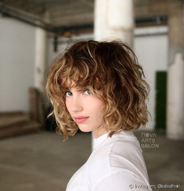 O french bob é uma tendência retrô que fica super estilosa nos cabelos ondulados. Conheça outros cortes de cabelo que valorizam esse tipo de fio! (Foto: Instagram @salsalhair)