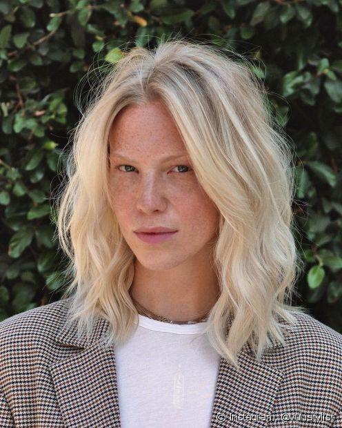 O long bob é uma das tendências do momento entre os cortes de cabelo médio e destaca os fios ondulados com modernidade e elegância. (Foto: Instagram @yukistylist)