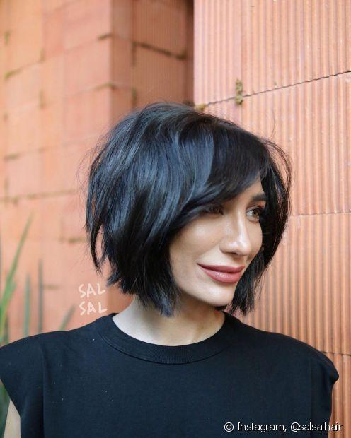 Quer investir no cabelo preto azulado mas tem medo de ficar pálida? Saiba se a nunce combina com o seu tom de pele e como harmozinar o visual! (Foto: Instagram @salsalhair)