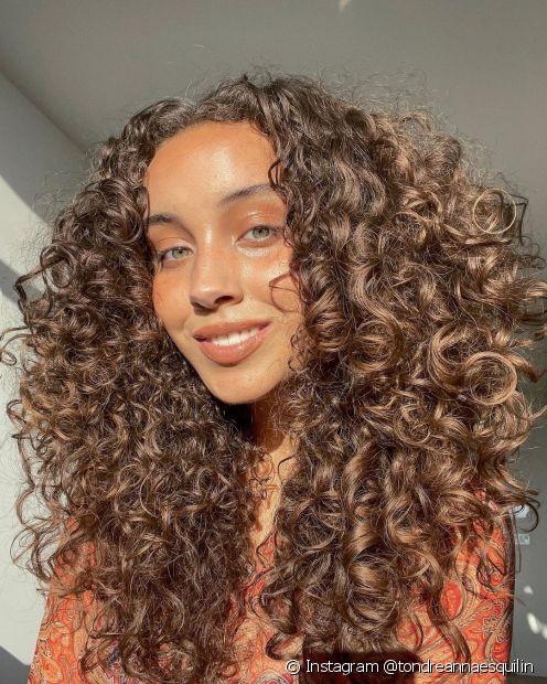 Para quem tem madeixas muito escuras, o truque para clarear cabelo é apostar em marrons mais iluminados, como o castanho chocolate. (Foto: Instagram @tondreannaesquilin)