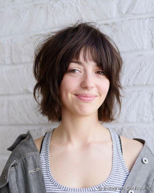 O short bob com pontas repicadas é uma alternativa para quem procura um corte de cabelo para rosto redondo e pescoço curto. (Foto: Instagram @yukistylist)