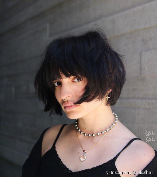 As franjas retas e volumosas equilibram os traços do rosto redondo de forma moderna e despojada. (Foto: Instagram @salsalhair)