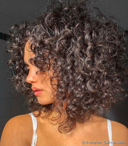 Uma opção de corte de cabelo curto para rosto redondo é o chanel de bico que deixa a face mais angulosa. (Foto: Instagram @oliviacalabio)