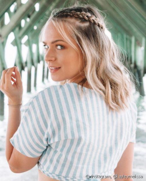 Os penteados com trança em cabelo solto são super versáteis. O modelo semi preso traz jovialidade e está super em alta! (Foto: Instagram @kayleymelissa)