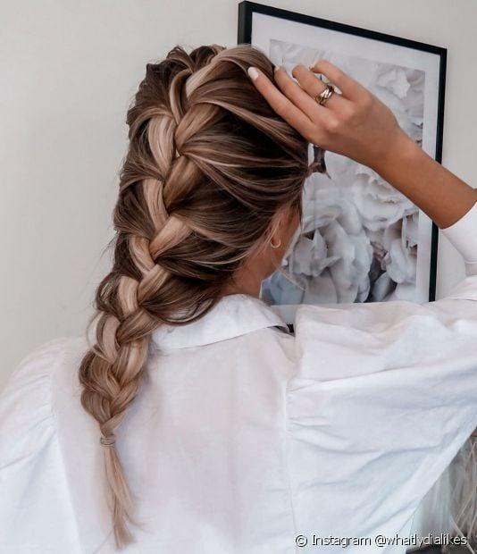A trança embutida é um penteado clássico e perfeito para destacar luzes no cabelo. Confira outras ideias na galeria! (Foto: Instagram @whatlydialikes)