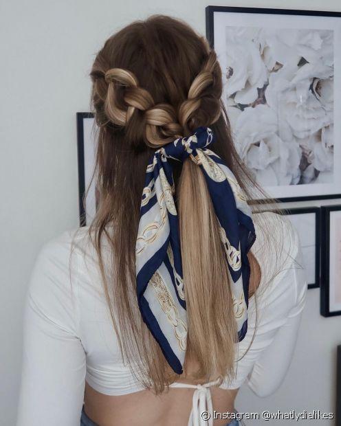 O penteado semipreso com trança destaca as luzes no cabelo e você ainda pode acrescentar um lenço como acessório (Foto: Instagram @whatlydialikes)