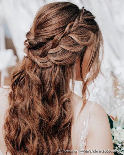 Um penteado simples com tranças é o semipreso folgadinho, perfeito para deixar as luzes no cabelo em destaque (Foto: Instagram @hairandmakeupbysteph)