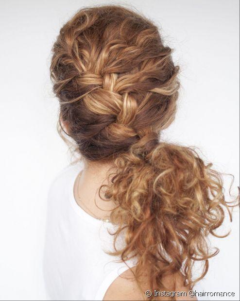A trança embutida em cabelo cacheado ajuda a valorizar os cachos no comprimento (Foto: Instagram @hairromance)