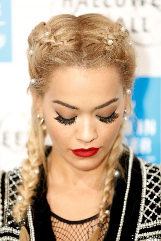Rita Ora incrementou suas boxer braids, as tranças de boxeadora, com aplicações de perólas nas no cabelo