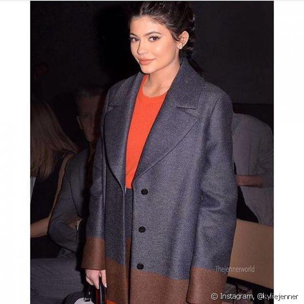 Kylie Jenner, irmã de Kim Kardashian, também já usou as boxer braids com um figurino bastante chique!