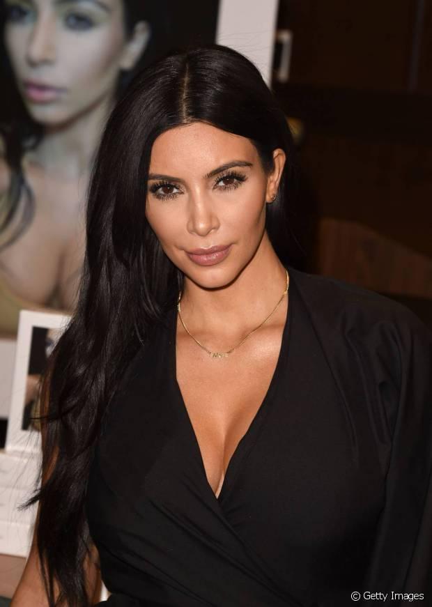 Kim Kardashian usa megahair para dar volume e aumentar os cabelos
