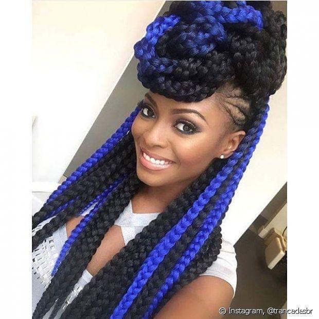 Para um visual mais bonito e diferente combine as tranças coloridas com o penteado elaborado