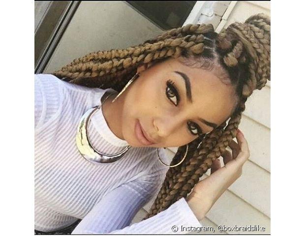 Os coques são muito comuns de quem usa box braids, seja ele todo preso no alto da cabeça ou em formato de semipreso com um nó no topo da cabeça, o famoso half bun
