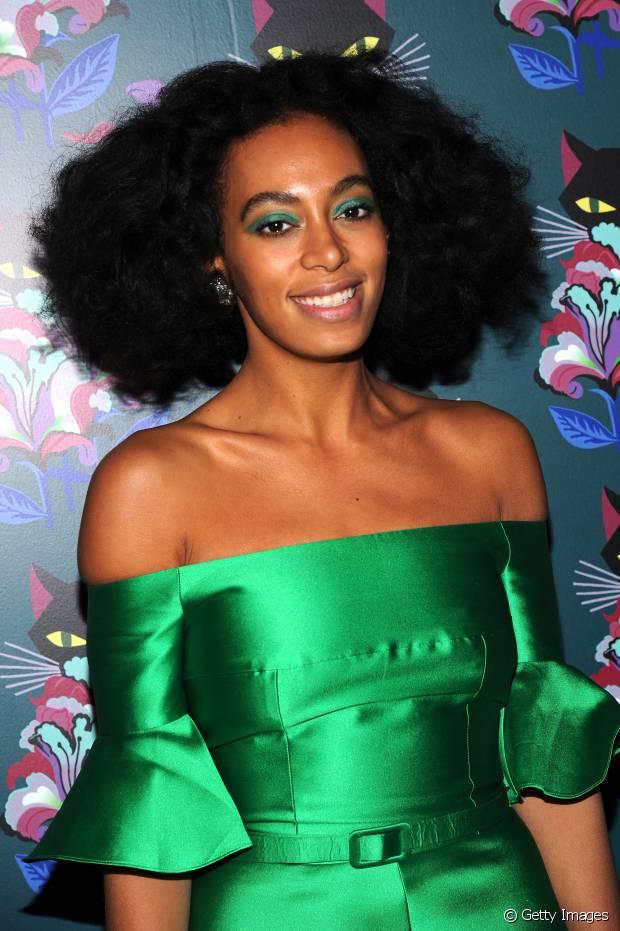 As donas de pele negra têm a sorte de poder usar todo o tipo de cores na maquiagem sem correr o risco de ficar com um aspecto exagerado