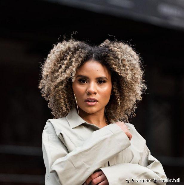 Se você quer investir no cabelo platinado em morenas e o seu cabelo já é tingido, você vai precisar passar pelo processo de decapagem (Foto: Instagram @imashleyhall)