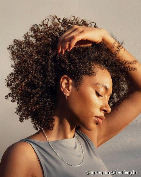 A umectação capilar é feita à base de óleos vegetais e, além de nutrir, ajuda a recuperar os cabelos danificados e pontas duplas (Foto: Instagram @freshlengths)