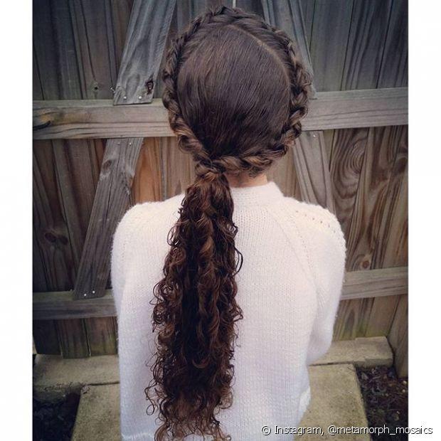 Essa opção de trança com rabo de cavalo é muito legal para quem tem cabelo longo