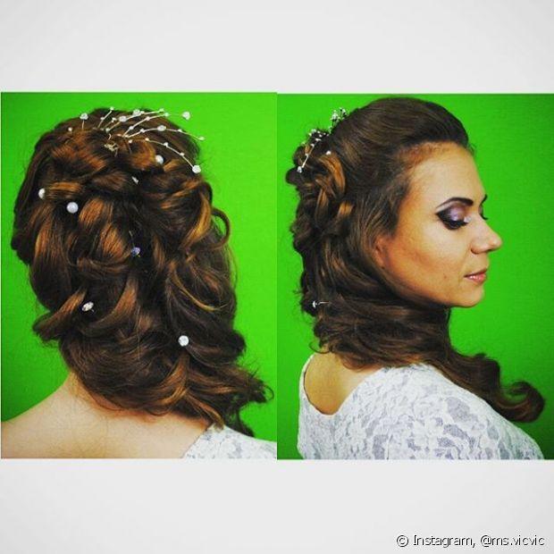 Acontece que nem todas as noivas têm intenção de subir ao altar de cabelos presos. Muitas preferem exibir cabelos soltos, com um ondulado perfeito criado com uma escova modelada e babyliss