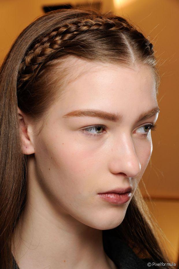 Divida seu cabelo ao meio. Depois, divida o cabelo a partir do contorno do rosto (de orelha a orelha) em duas partes e prenda a parte de trás com clips para não atrapalhar. Não esqueça de deixar sua franja de fora dessa divisão