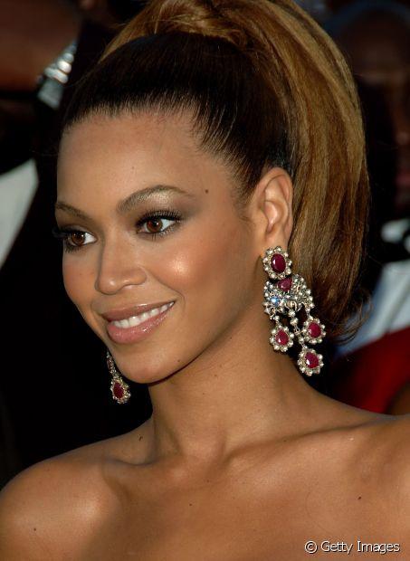 A cantora Beyoncé no blush amarronzado com acabamento cintilante para um evento