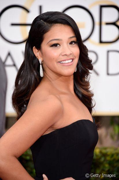 Gina Rodriguez optou pelo blush pêssego, levemente aplicado