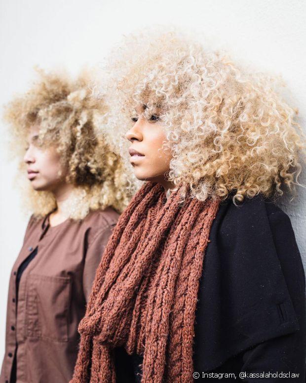 A dúvida que assombra as crespas é se elas podem platinar o cabelo. Sim, podem, mas é preciso ficar atenta ao cronograma capilar