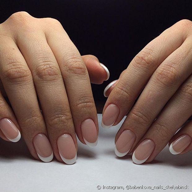 Seja passando vinagre ou com lambidas para ajeitar o esmalte, os truques funcionam e salvam suas unhas na hora de pintá-las novamente