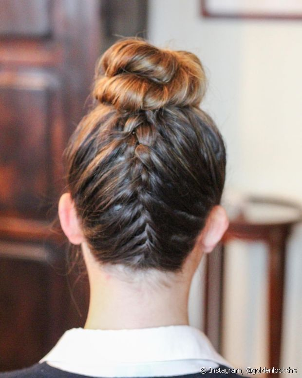 A trança invertida com coque parece um penteado difícil de fazer, mas com um pouco de prática você já consegue fazê-lo rapidamente
