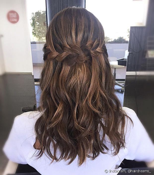 Você não precisa prender seu cabelo completamente na hora de fazer as tranças embutidas. Aposte em um penteado semipreso
