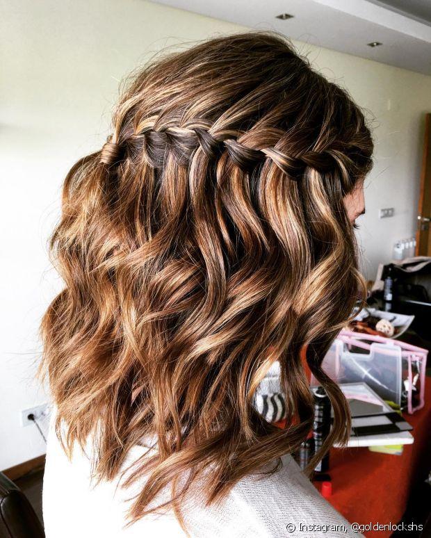 A trança cascata fica ainda mais charmosa quando é feita nos cabelos soltos ondulados