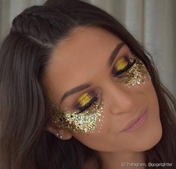 As pessoas querem é brilhar muito durante o Carnaval. Chega essa época o que mais se procura é o tal do glitter para passar no rosto e no corpo...