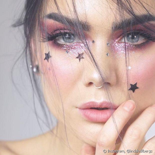 Outra opção é usar a fita adesiva e retirar o brilho que estiver pelo corpo, rosto e roupas