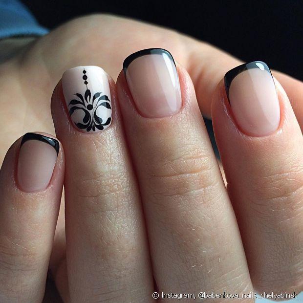 Evite retirar o esmalte usando a ponta de outra unha. Essa mania pode deixar suas unhas quebradiças