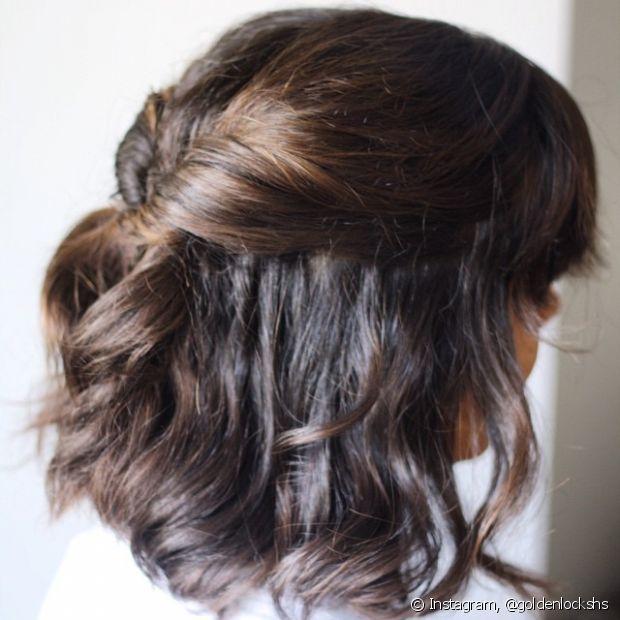 Torcer ou trançar algumas mechas é um jeito de prender os cabelos mais curtos no dia do casamento